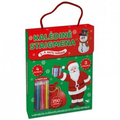 Kalėdinė staigmena. 3-4 metų vaikams. 4 knygelės (3 užduočių ir 1 lipdukų), 250 lipdukų, 6 spalvoti pieštukai, 3 kalėdiniai žaisliukai