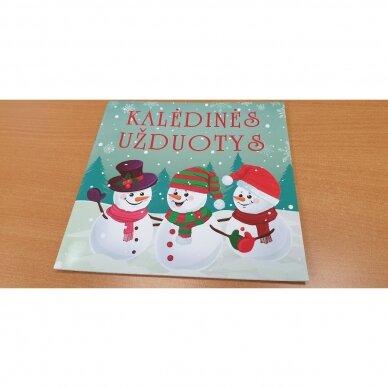 Kalėdinė staigmena. 3-4 metų vaikams. 4 knygelės (3 užduočių ir 1 lipdukų), 250 lipdukų, 6 spalvoti pieštukai, 3 kalėdiniai žaisliukai 8