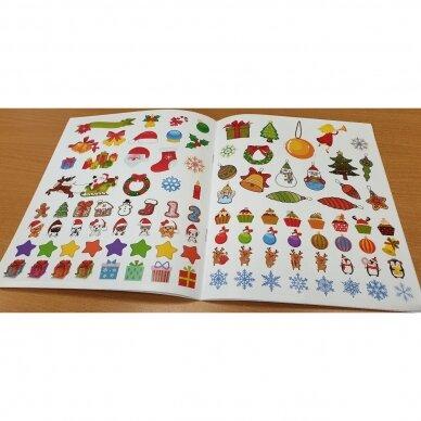 Kalėdinė staigmena. 3-4 metų vaikams. 4 knygelės (3 užduočių ir 1 lipdukų), 250 lipdukų, 6 spalvoti pieštukai, 3 kalėdiniai žaisliukai 9
