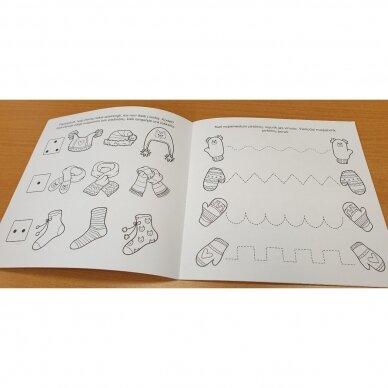 Kalėdinė staigmena. 3-4 metų vaikams. 4 knygelės (3 užduočių ir 1 lipdukų), 250 lipdukų, 6 spalvoti pieštukai, 3 kalėdiniai žaisliukai 10