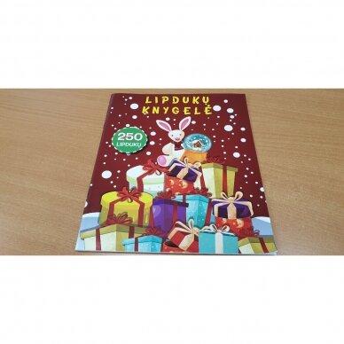 Kalėdinė staigmena. 3-4 metų vaikams. 4 knygelės (3 užduočių ir 1 lipdukų), 250 lipdukų, 6 spalvoti pieštukai, 3 kalėdiniai žaisliukai 2