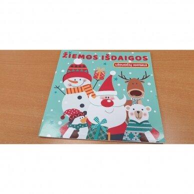 Kalėdinė staigmena. 3-4 metų vaikams. 4 knygelės (3 užduočių ir 1 lipdukų), 250 lipdukų, 6 spalvoti pieštukai, 3 kalėdiniai žaisliukai 6