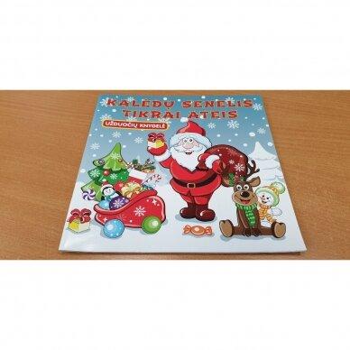Kalėdinė staigmena. 3-4 metų vaikams. 4 knygelės (3 užduočių ir 1 lipdukų), 250 lipdukų, 6 spalvoti pieštukai, 3 kalėdiniai žaisliukai 4