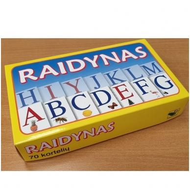 Raidynas. Rinkinį sudaro: dėžutė, 70 raidžių su iliustracijomis kortelės 2