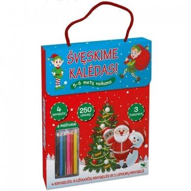 Švęskime Kalėdas! 5-6 metų vaikams. 4 knygelės (3 užduočių ir 1 lipdukų), 250 lipdukų, 6 spalvoti pieštukai, 3 kalėdiniai žaisliukai