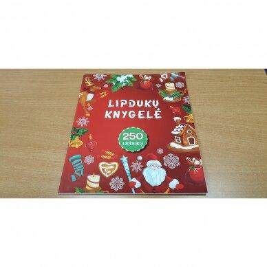 Švęskime Kalėdas! 5-6 metų vaikams. 4 knygelės (3 užduočių ir 1 lipdukų), 250 lipdukų, 6 spalvoti pieštukai, 3 kalėdiniai žaisliukai 6
